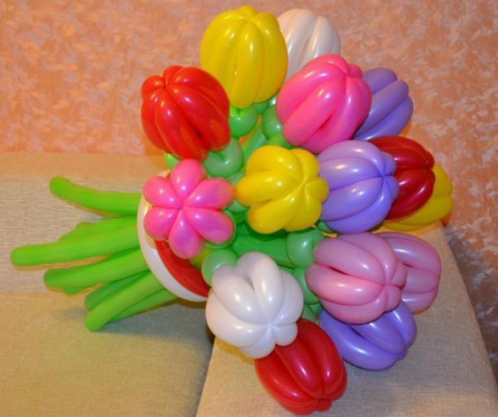 Букет из трех роз и ромашек из шаров 3
